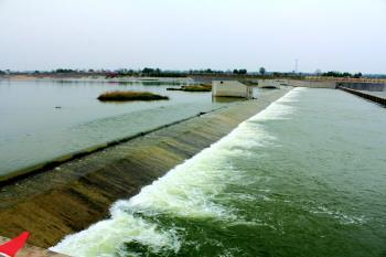 20日,记者驱车实地探访,大沽河河道内碧波荡漾,堤岸已全部贯通,从莱西
