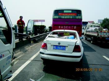 青银高速公路潍坊段一箱货司机走神 撞上停稳小轿车