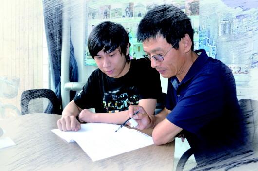 就获得了顶尖高校的录取通知书.   文/片 本报记者 王光营