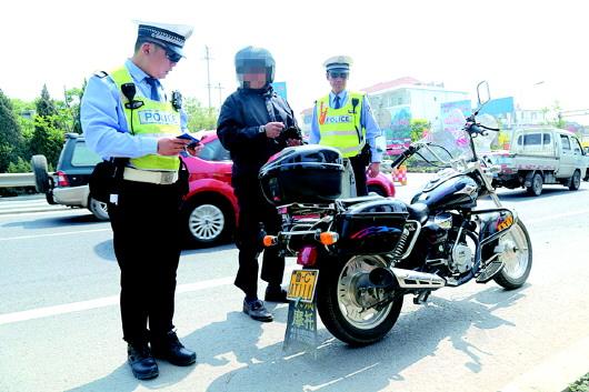 一辆两轮摩托被交警拦停接受检查.(交警供图)-无证驾驶无牌摩托